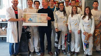 Leerlingen schenken 2.000 euro aan Artsen Zonder Vakantie