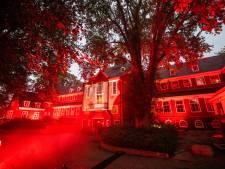 Evenementensector protesteert en kleurt oud gemeentehuis Alphen rood: 'Het is vijf voor twaalf'