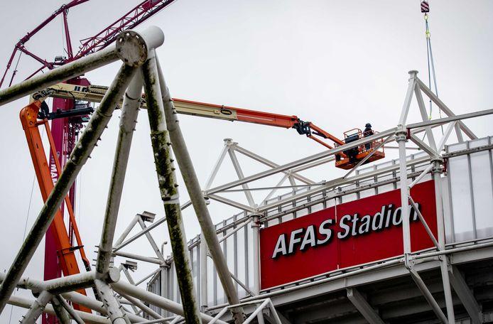 Werkzaamheden aan dak van het AFAS-stadion van AZ.