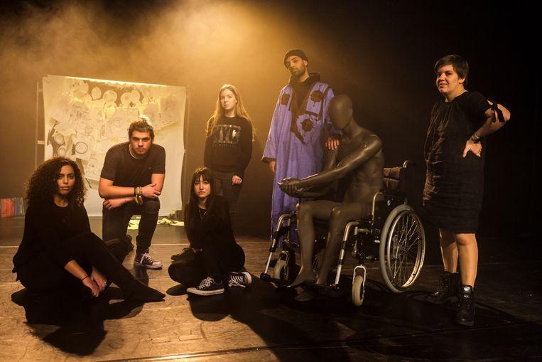 """Zeven jongeren schrijven samen een toneelstuk met de titel """"7 op 7"""" met  Safia, Benjamin, Melissa, Chelsey en Mounir."""