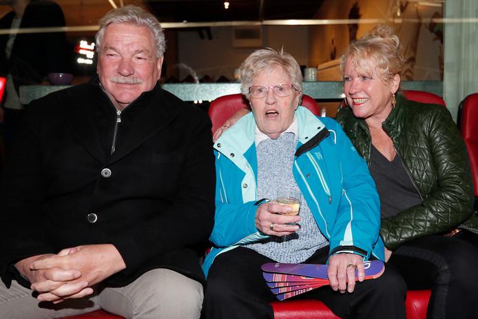 Gien van Maanen (82), Oranje Leeuwin van het eerste uur, knus tussen Frans en Gonnie van Seumeren  tijdens Nederland-Zwitserland.