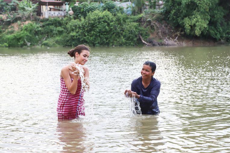 Elena douchte zich in de rivier op een traditionele manier.