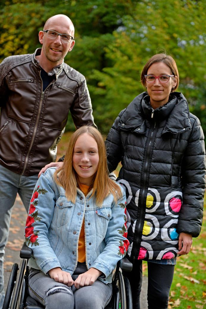 Cynthia Overbeeke met haar vader Gert-Jan en moeder Tonia.