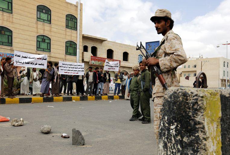 Een militair bewaakt het gerechtsgebouw in de Jemenitische hoofdstad Sanaa, waar in 2016 Hamid Haydara voor de rechter moest verschijnen op de beschuldiging een Israëlische spion te zijn en het bekeren van moslims tot het bahai-geloof.  Hij werd daarvoor  in december 2013 gearresteerd. Beeld EPA