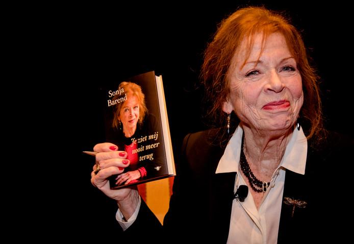 Sonja Barend met haar vorig jaar verschenen boek.