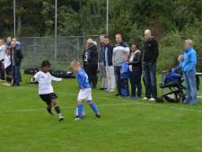 Onduidelijkheid bij sportclubs: mogen ouders van uitspelende clubs wél langs de lijn staan?