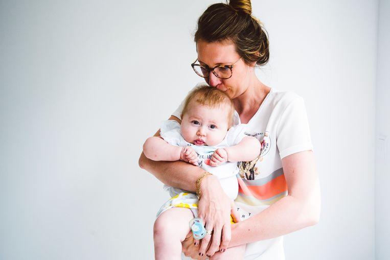 Ellen De Meyer met dochter Pia, bij wie een ernstige spierziekte was vastgesteld. De Meyer zamelde geld in om een behandeling met het genetische medicijn Zolgensma mogelijk te maken.  Beeld Francis Vanhee
