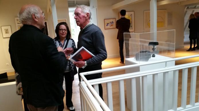 Kunstverzamelaar Frans van Oijen (rechts) in gesprek met Klaas Gubbels en de dochters van kunstenaar Tajiri.
