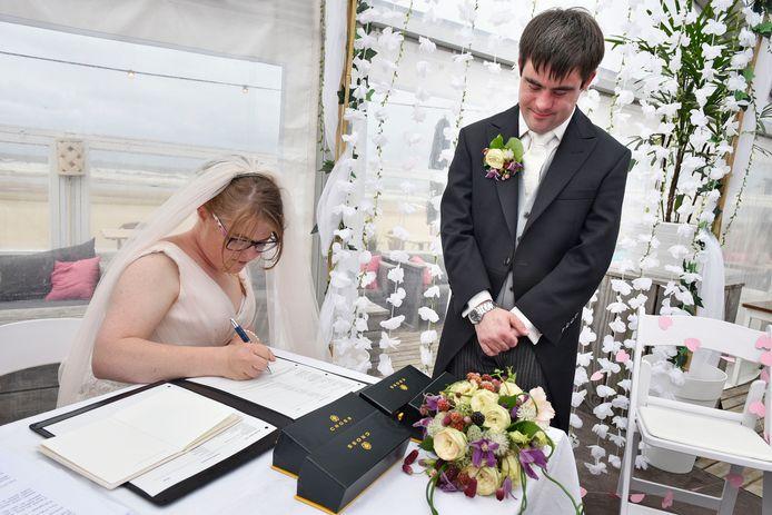 Lize tekent het trouwboekje.