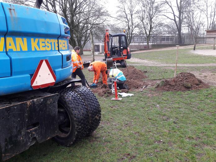 Medewerkers van Liander repareren het gaslek bij 't Vossenhol.