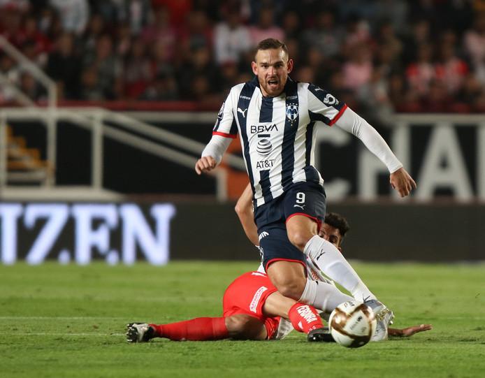 Vincent Janssen ontwijkt Necaxa-speler Rodrigo Noya.