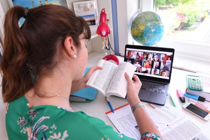 De Brusselse regering maakte 3,2 miljoen euro vrij om computers te kopen voor kansarme leerlingen.