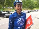 Geen bus met burgemeester, maar fietskoerier brengt bidbook voor Songfestival naar Hilversum