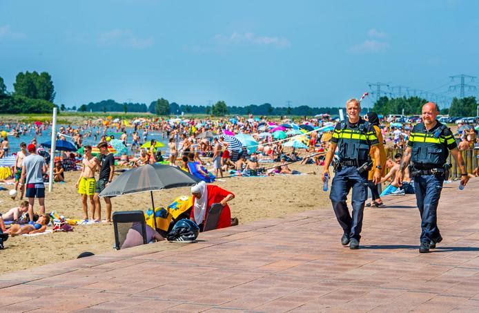 Extra politie op de been strand Nesselande