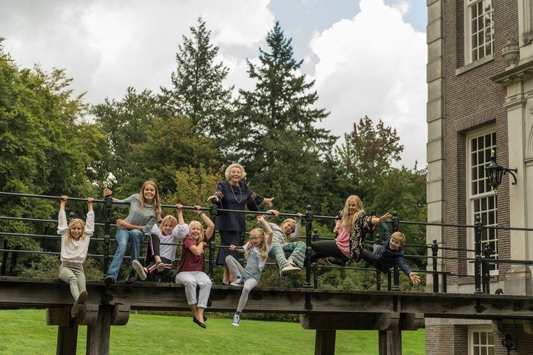 Prinses Beatrix met haar kleinkinderen genomen bij kasteel Drakensteyn ter gelegenheid van haar tachtigste verjaardag. Beeld ANP
