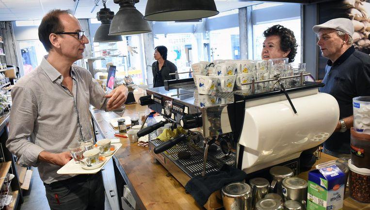 René Franken in zijn koffiebar Kaldi in Bergen op Zoom Beeld null