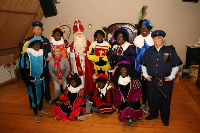 De spelers die de theatershow over Sinterklaas gaan opvoeren in 't Tejaterke in Best. De meesten van hen zijn ook te zien in de serie 'Het Best(s)e Sinterklaasverhaal'.
