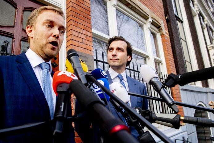 Thierry Baudet met vicevoorzitter Lennart van der Linden (l) staan de pers te woord.