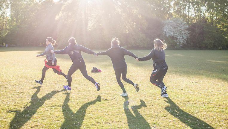 Tikkertje doen, geblinddoekt lopen, maar net zo goed een trainingsrondje steeds 10 seconden sneller afleggen: het hoort allemaal bij Mindful Run, hier in het Sloterpark Beeld Eva Plevier