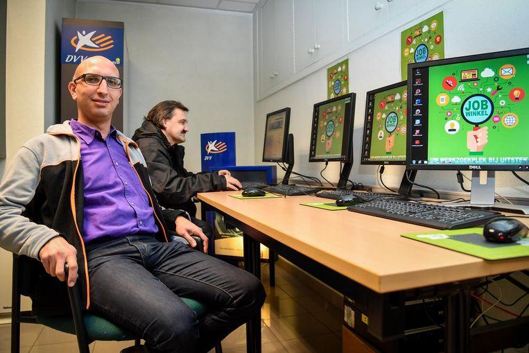 Özgür Yurdaer bij enkele computers in de Jobwinkel.