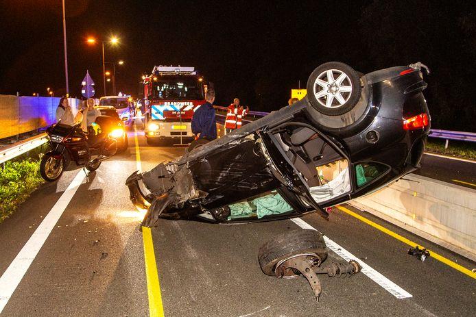 De auto van Ronald Ho-Sam-Sooi schoof als een skateboard over de barrier om op zijn kop op de andere rijbaan te belanden.