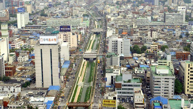 De skyline van Seoul met in het midden de groene wandelrivier Cheonggyecheon Beeld ap
