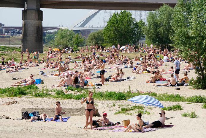 Een vol strand in Nijmegen .
