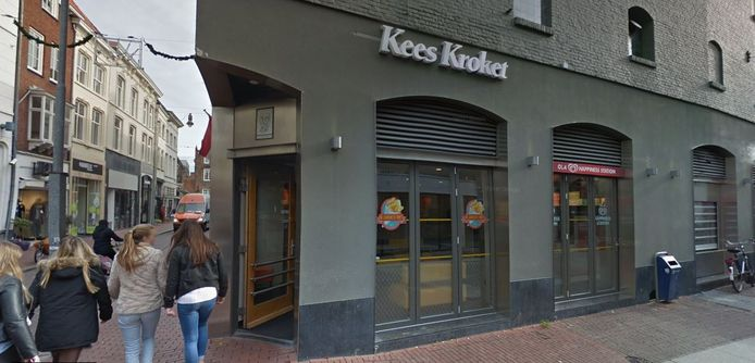 Cafetaria  Kees Kroket op de hoek Visstraat-Karrenstraat. Vanuit de zaak was een medewerker getuige van mishandeling op straat.