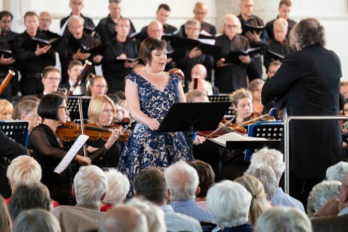 Het Zeeuws Orkest tijdens een optreden in Brouwershaven. Soliste is Anneke Luyten.