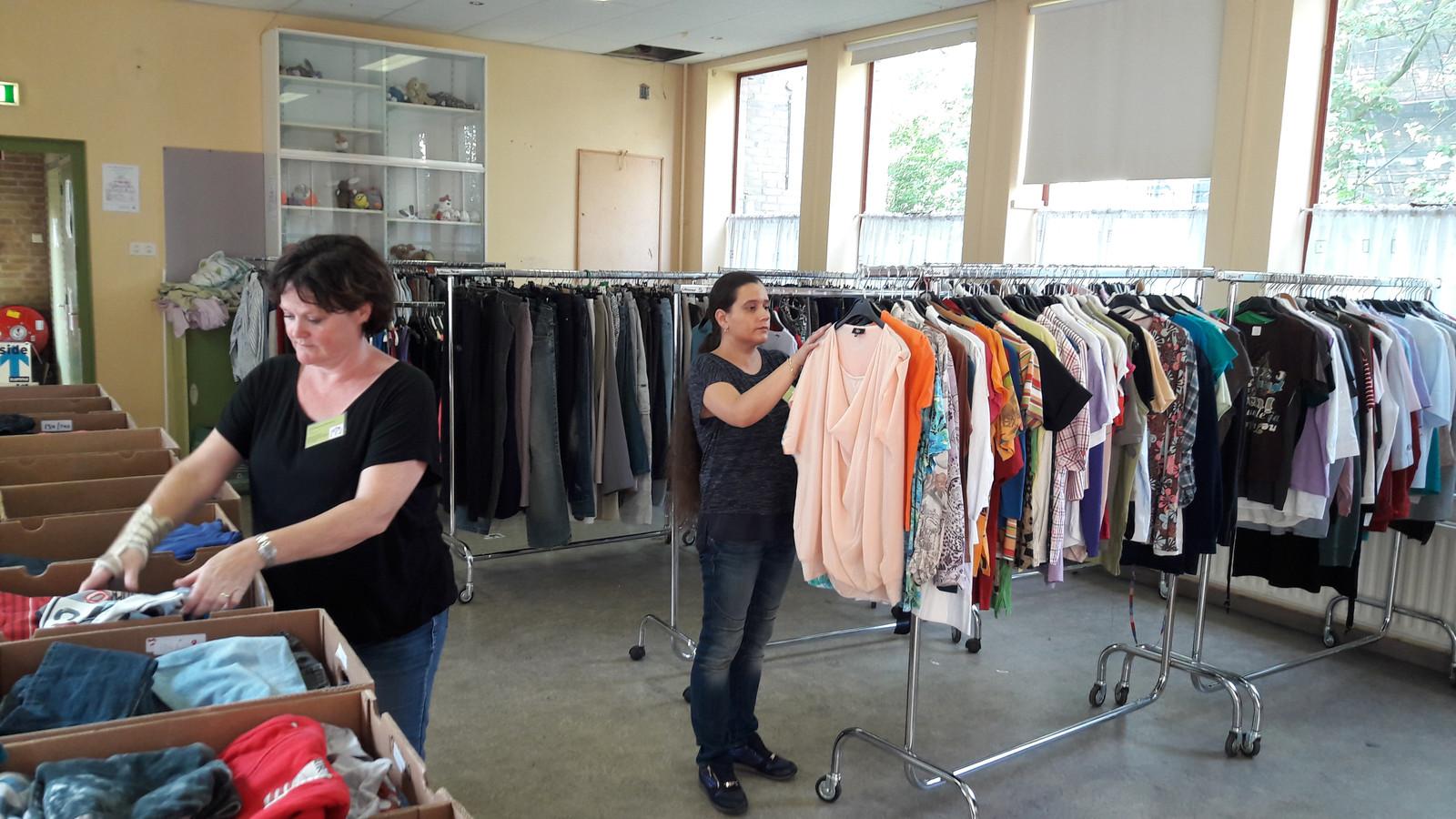 Rian Brands (links) en Vanessa Heij zijn de drijvende krachten achter de kledinguitgifte aan minima in 't Hageltje.