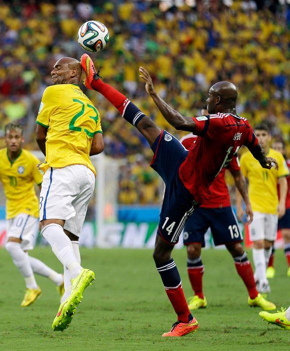 Ibarbo (R) op het WK in duel met de Braziliaan Maicon
