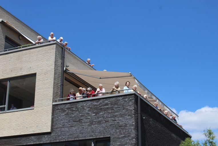 De bewoners stonden zelf op de eerste verdieping om te kunnen genieten van het concert.