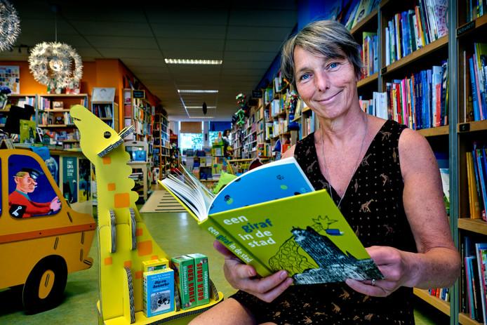Eigenaresse Wilma Verhoeven met het jubileumboek 'Een giraf in de stad'.