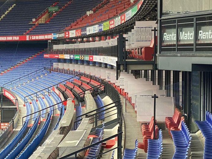 VDP Events uit Nieuwerbrug heeft de skyboxen in voetbalstadion De Kuip van elkaar gescheiden door preventieschermen.