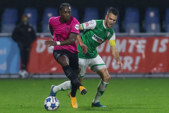 Eljero Elia in duel met Kevin Vermeulen van FC Dordrecht, gisteravond in het bekerduel dat FC Utrecht met 2-4 won.