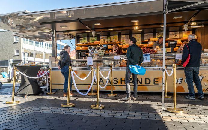 De goudkleurige afzetpaaltjes van Kaashandel De Goeij blinken in de zon. Hans de Goeij kreeg de paaltjes van Circus Renz.
