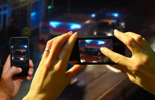 90 procent van de ondervraagden vindt het filmen van een ongeluk eigenlijk niet kunnen.