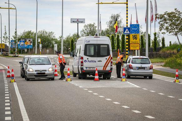 Controle aan de grensovergang met Nederland in Veldwezelt (archiefbeeld).