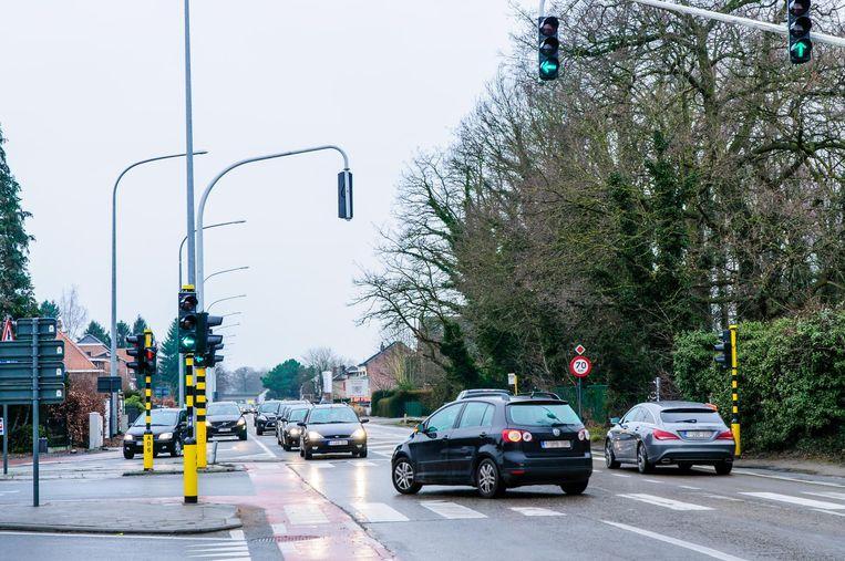 Vandaag wordt onderscheid gemaakt tussen bestuurders die rechtdoor moeten, en die moeten afslaan: wie vanuit Leuven linksaf richting Hofstade rijdt, komt nu niet langer in 'conflict' met het doorgaand verkeer op de Leuvensesteenweg vanuit Mechelen.