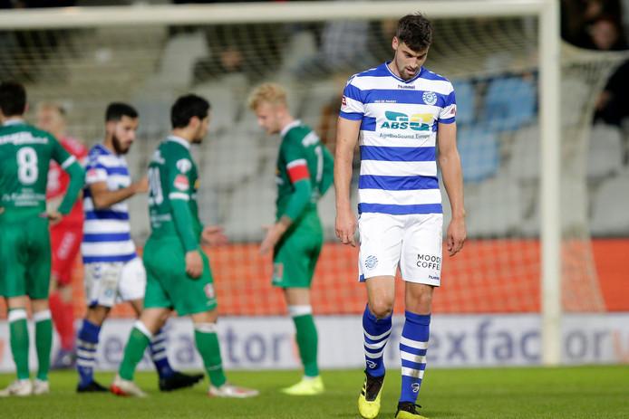 Ted van de Pavert druipt af na zijn rode kaart tegen FC Dordrecht.