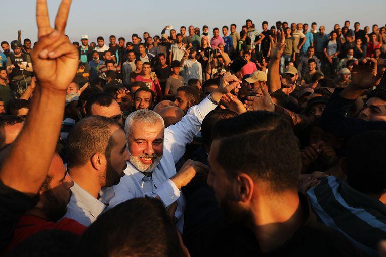 Hamas-leider Haniya aan de grens met Israël. Beeld Getty Images