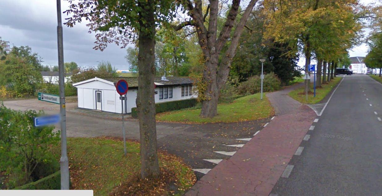 Links de Beersteeg, rechts de Steenweg. Bron Google Streetview