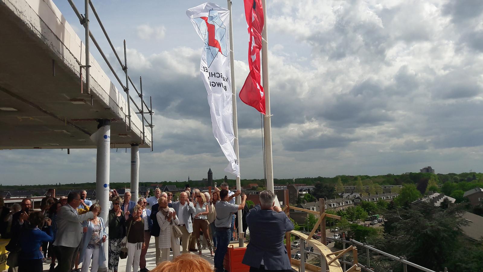 De vlaggen  werden gehesen op het balkon van een van de penthouses van Parc Fontaine aan de Le Sage ten Broeklaan in Eindhoven, ten teken dat het hoogste punt van de bouw is  bereikt.