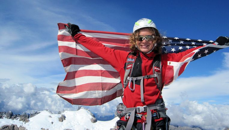 Jordan Romero in 2009 op de top van de Puncak Jaya, de hoogste berg van Oceanië.