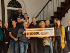 Oranjecommissie Brummen zamelt 15.000 euro in voor gedupeerden brand Marktplein