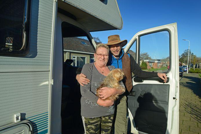 Jim Lehmler met zijn beroemde cowboyhoed en Lenie Berrevoets en hondje Pepper bij hun camper.