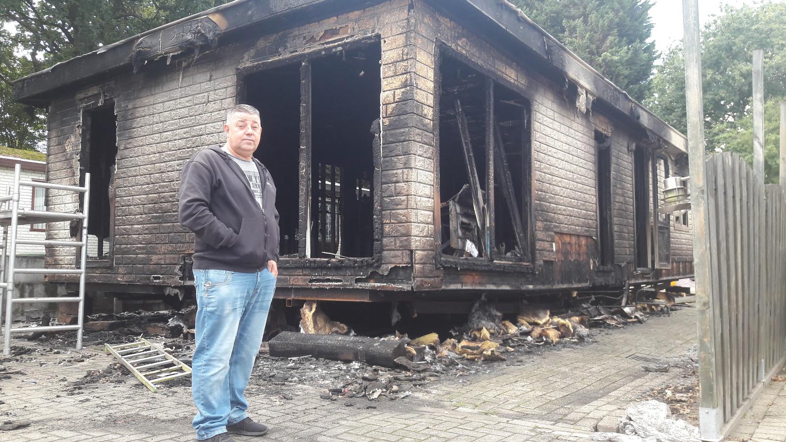 Joop Otto, volledig verslagen, bij zijn uitgebrande woonwagen aan de Halsterse Eikenlaan.