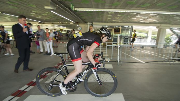Een van de renners tijdens de tijdrit in de parkeergarage in De Uithof
