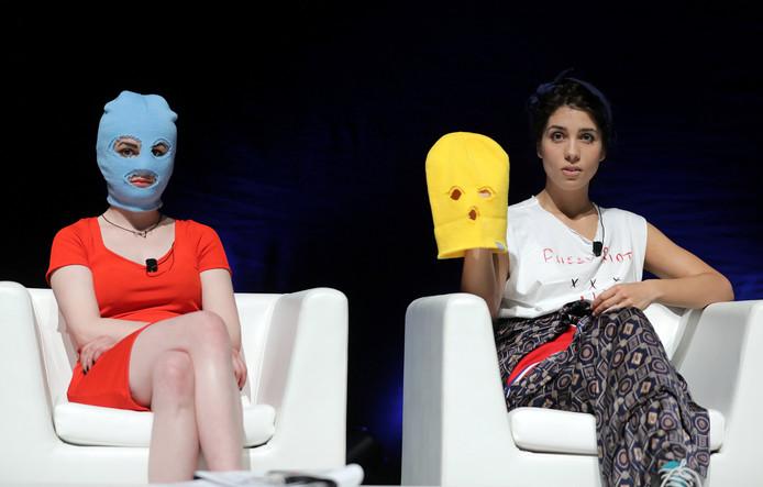 Pussy Riot performer Nadya Tolokonnikova (rechts) op een conferentie van het Cannes Lions Festival in Cannes, Frankrijk.