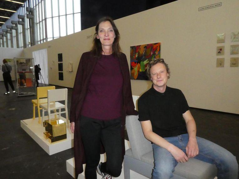 Ontwerper Jacqueline van Nieuwkerk en kunstenaar/ meubelmaker Wannes Royaards, zittend op een van zijn kunstwerken. 'Daar zijn ze voor' Beeld Schuim